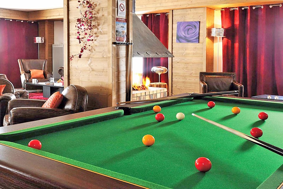 Les Chalets d'Edelweiss, La Plagne (self catered apartments) - Lounge with pool table