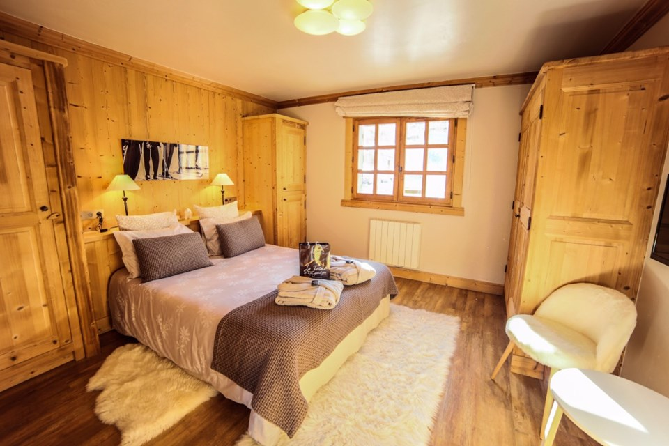 La Ferme, Meribel (Bed & Breakfast chalet) - Double bedroom