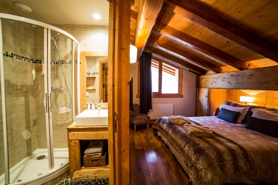 La Ferme, Meribel (Bed & Breakfast chalet) - Double bedroom with en-suite shower room