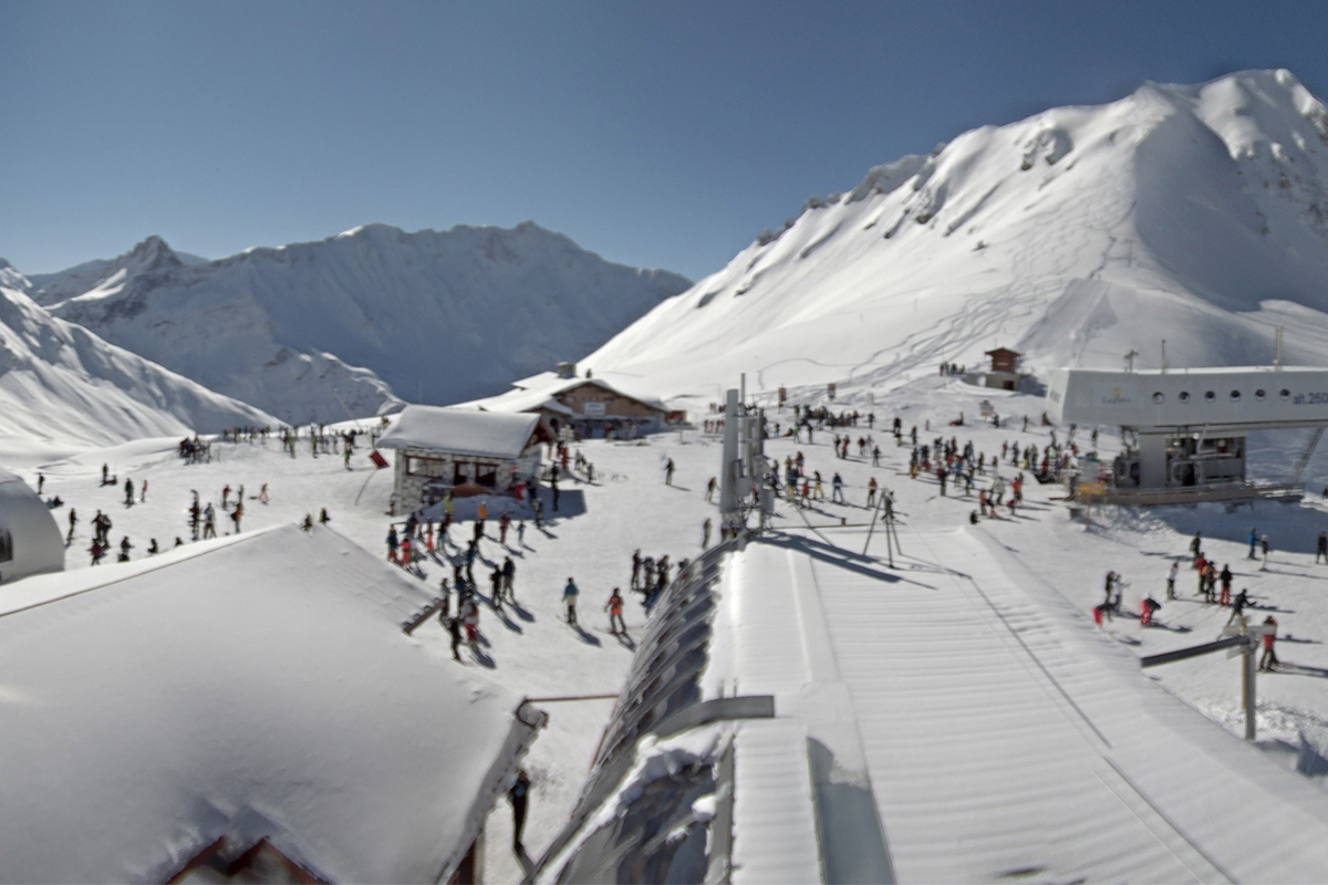 Les Arcs from the Arcabulle webcam on 13th February 2018 at midday