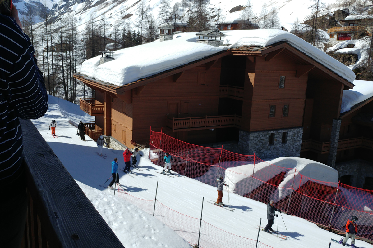 Watching the skiers go past from the balcony at Chalets Jardin Alpin