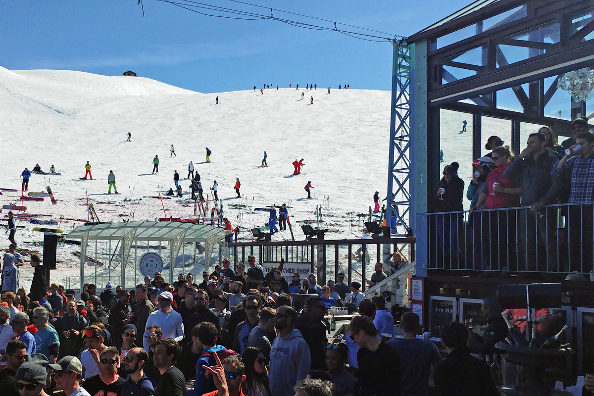 Skiers heading to the Folie Douce bar!